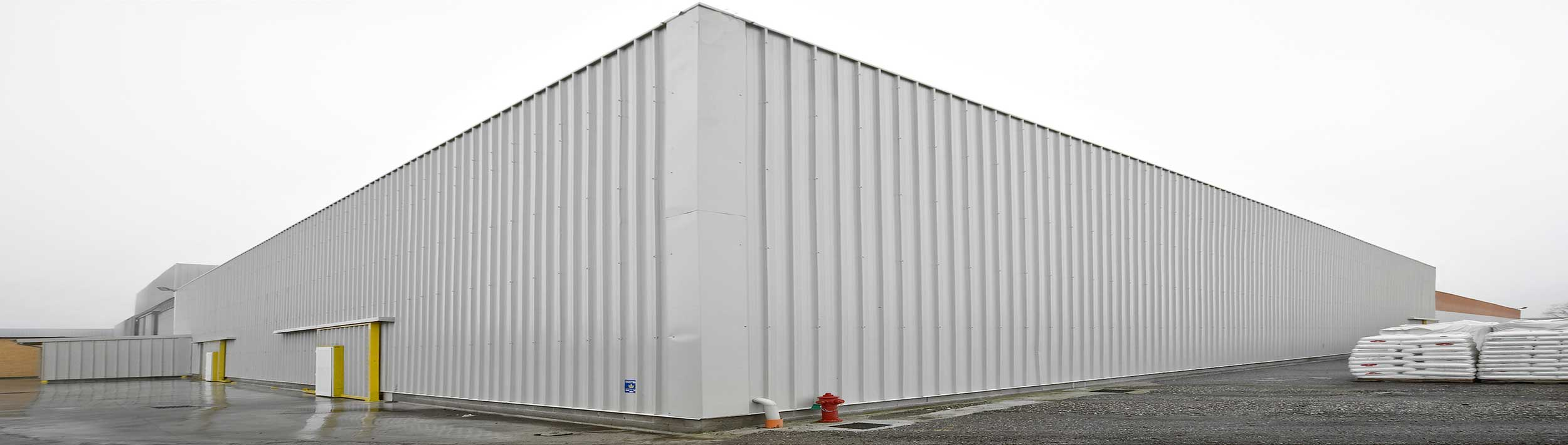 Gli impianti speciali autoportanti di SAMIT sono dei veri e propri capannoni adibiti ad uso magazzino, nei quali le scaffalature, oltre a sostenere i carichi dei materiali stoccati, svolgono la funzione di sostegno del tetto e delle pareti.