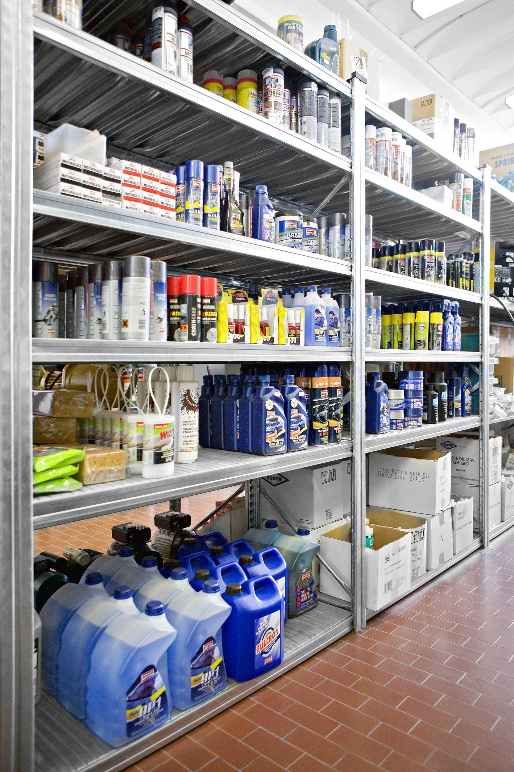 Gli scaffali in acciaio inox e zincati Samit possono essere personalizzati in base alle necessità del cliente