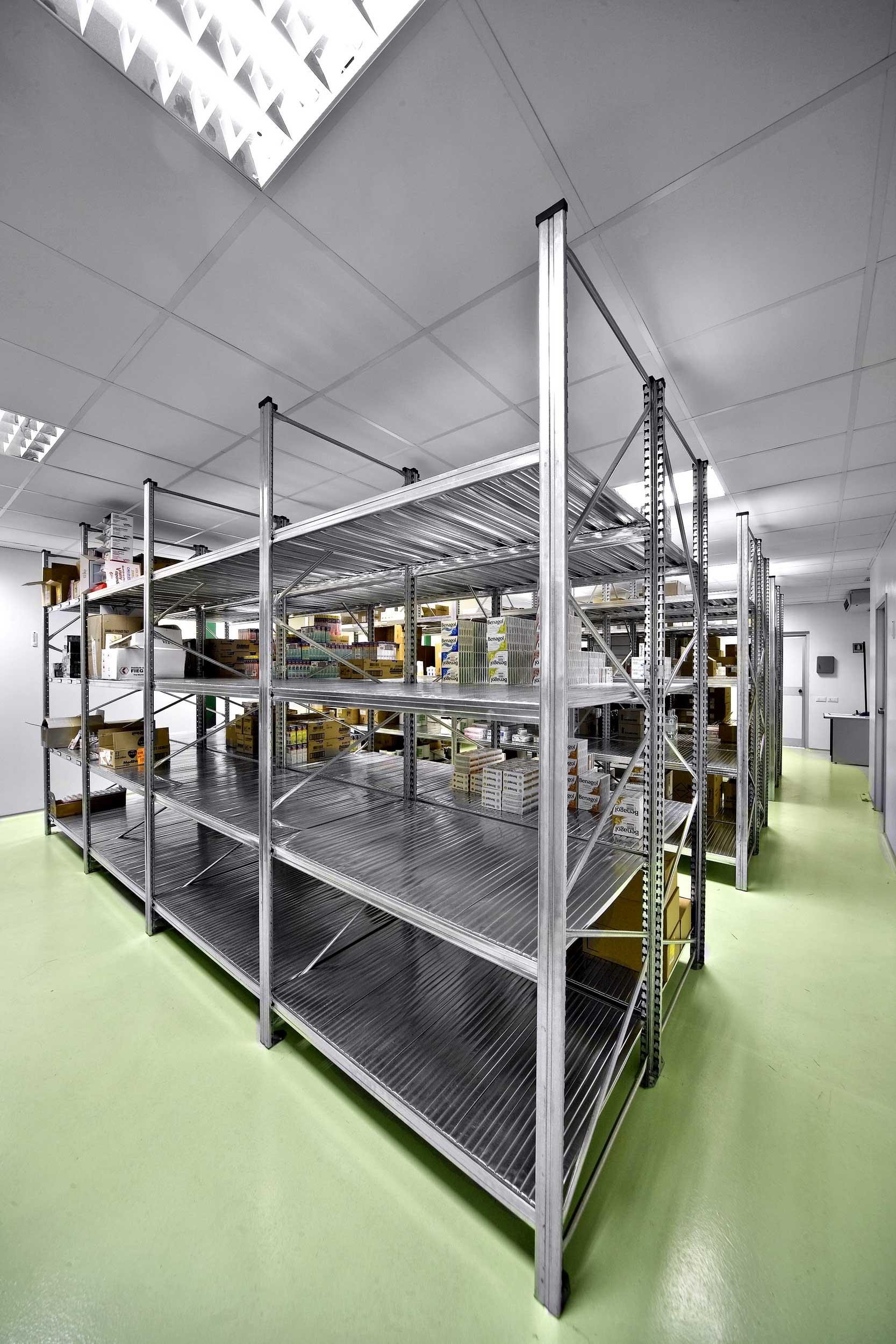 Gli scaffali in acciaio inox e zincati Samit possono essere adattati a qualsiasi magazzino.
