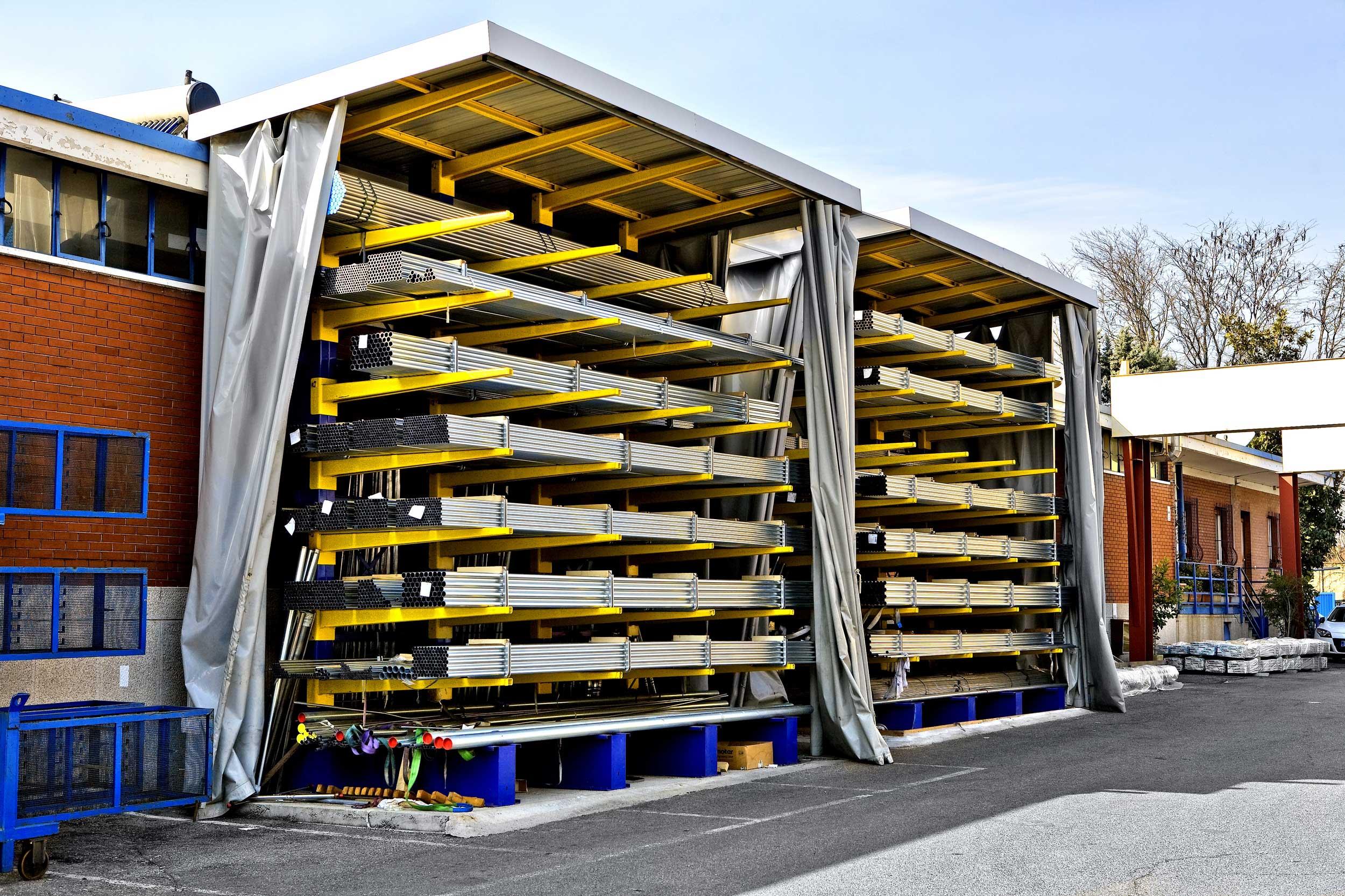 Le scaffalature cantilever Samit sono adatte sia per interno che per esterno grazie alla facile predisposizione alla copertura.