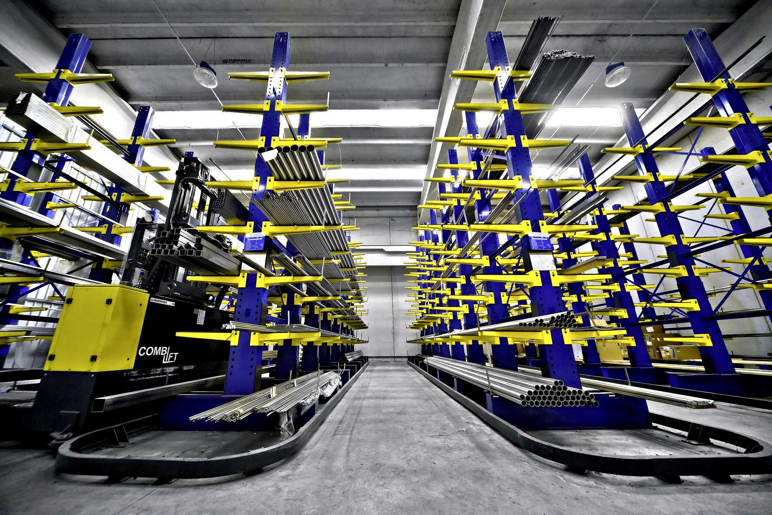 Le scaffalature cantilever Samit si accoppiano ai più innovativi sistemi di movimentazione quali: gru di impilaggio e carrelli a forche laterali.