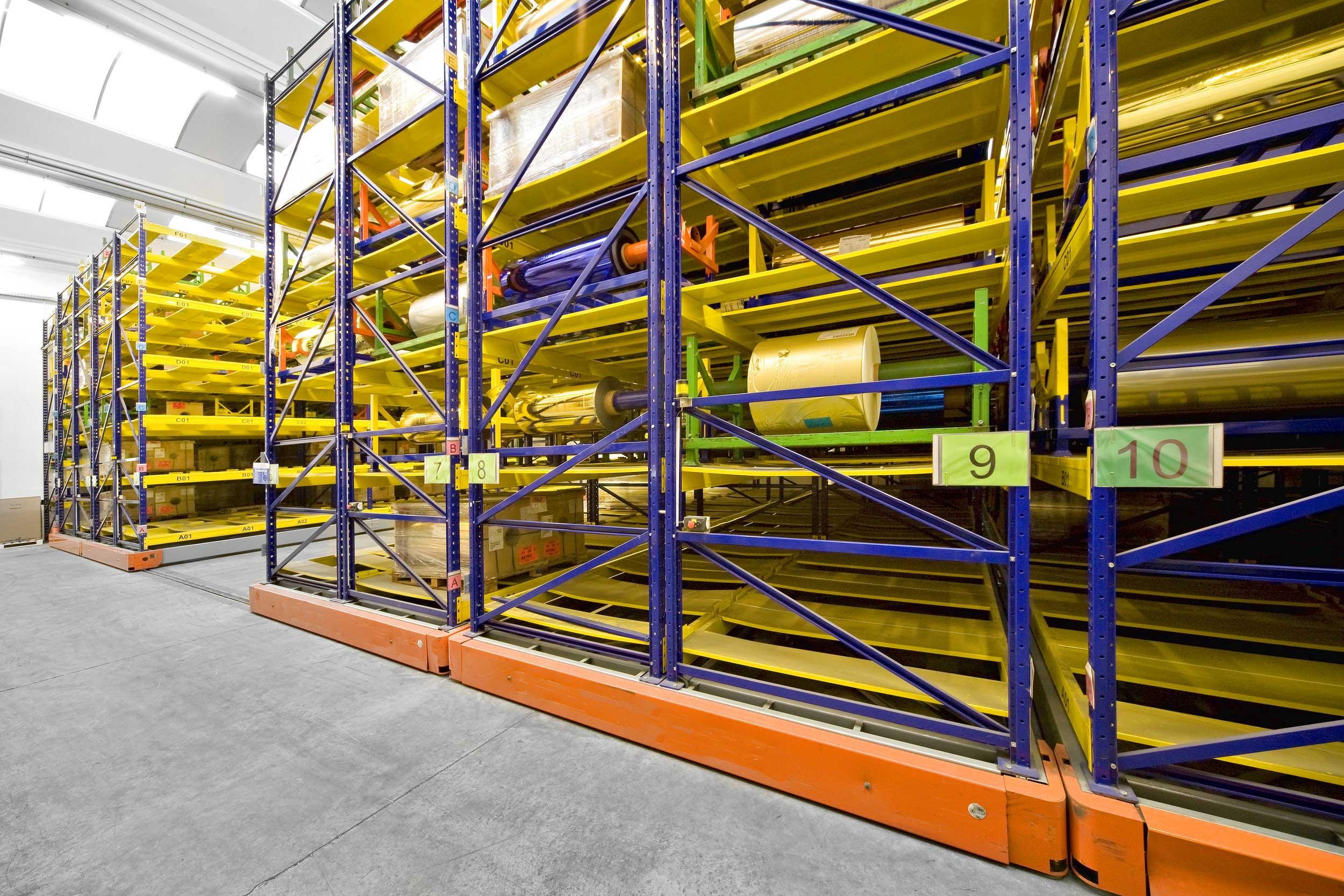 Le scaffalature compattabili pesanti Samit sono la soluzione ideale per la gestione di enormi volumi di stock con l'esigenza di accessibilità diretta a tutte le posizioni.