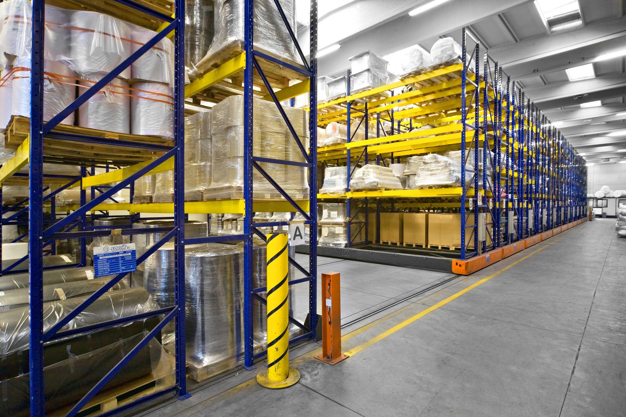 Gli scaffali compattabili pesanti Samit hanno una doppia capacità di stoccaggio a parità di spazio utilizzato oppure uguale capacità di stoccaggio delle strutture tradizionali, utilizzando metà dello spazio.