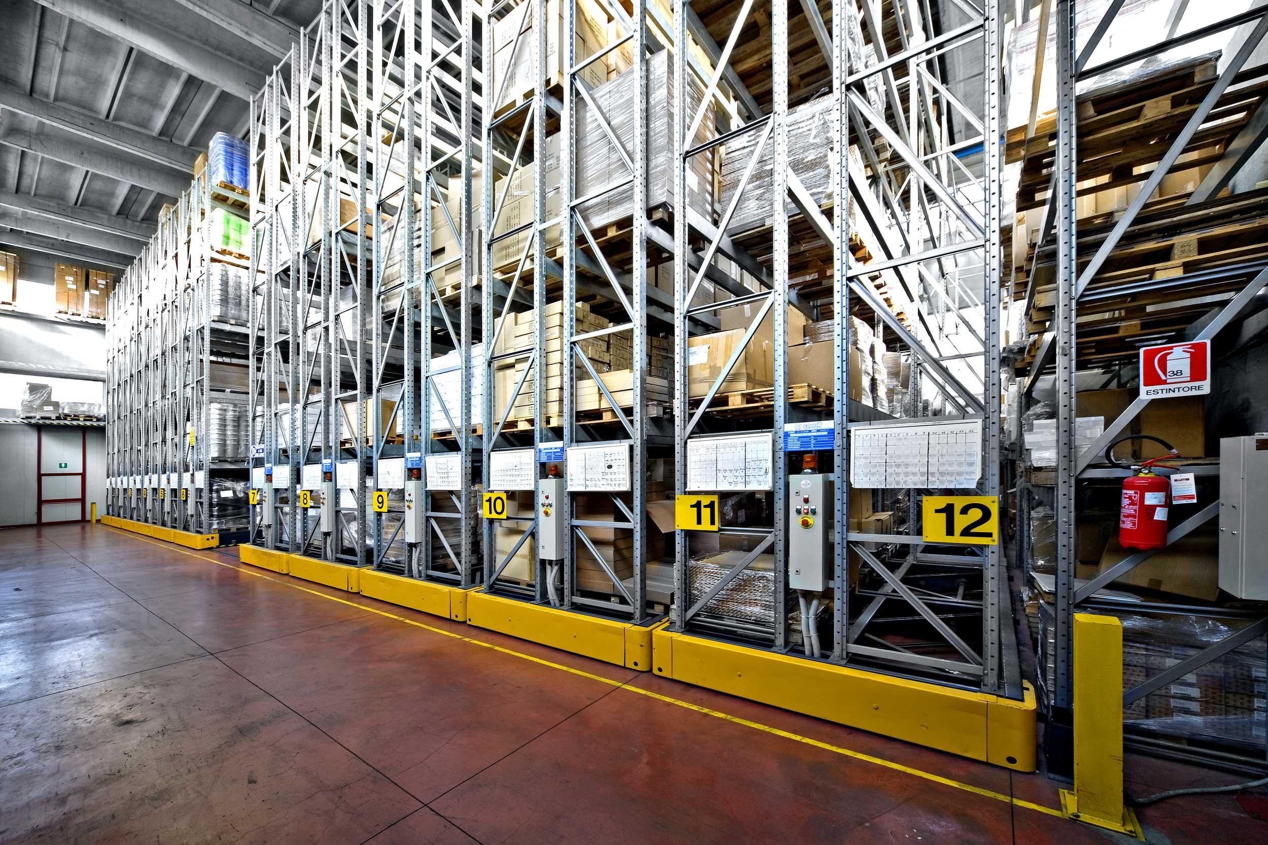 Gli scaffali compattabili pesanti Samit sono la soluzione ideale per la gestione di enormi volumi di stock con l'esigenza di accessibilità diretta a tutte le posizioni.