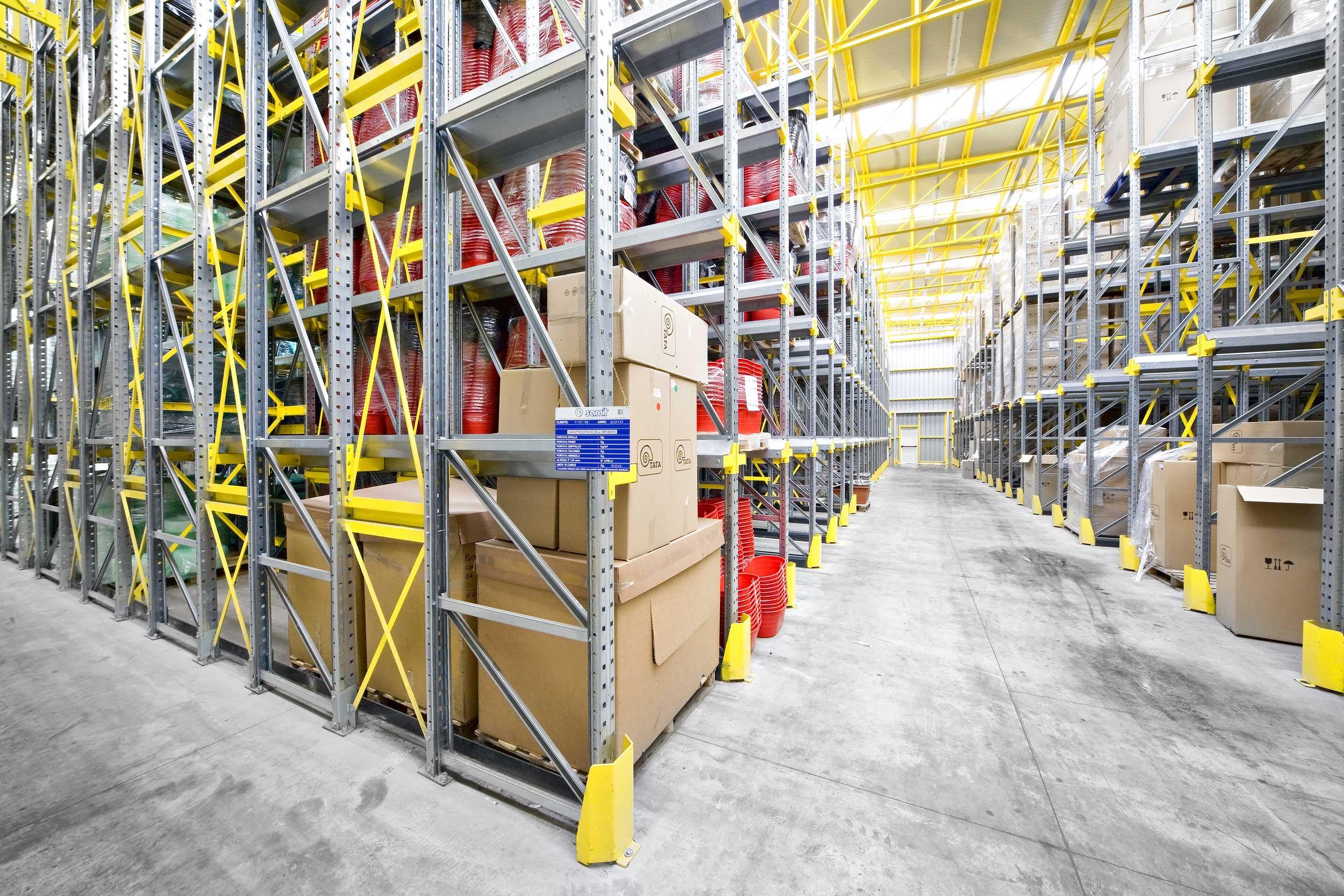 Gli scaffali drive in Samit consentono il massimo sfruttamento dello spazio disponibile all'interno dei magazzini industriali.