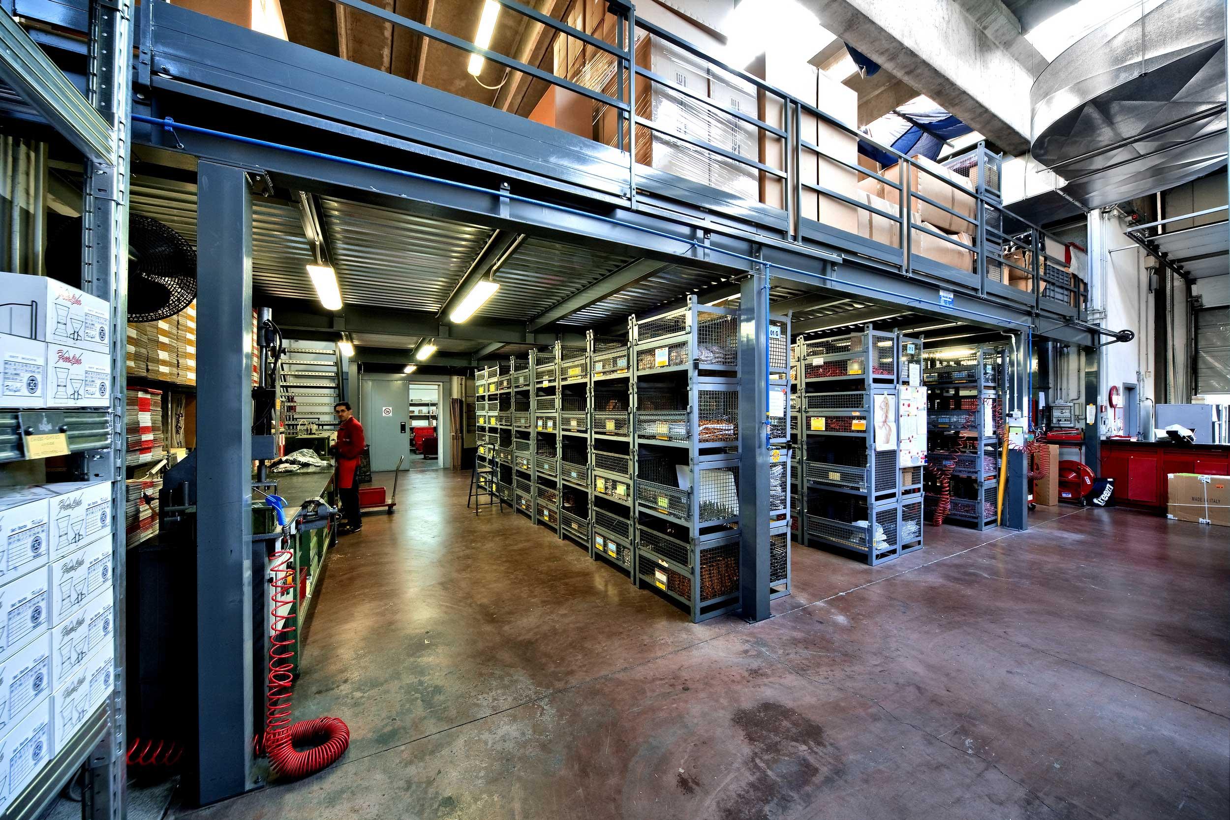 SAMIT progetta e realizza soppalchi industriali in ferro di ogni genere su misura per qualsiasi ambiente